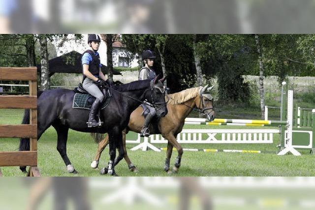 Junge Reiter schnuppern Turnieratmosphäre