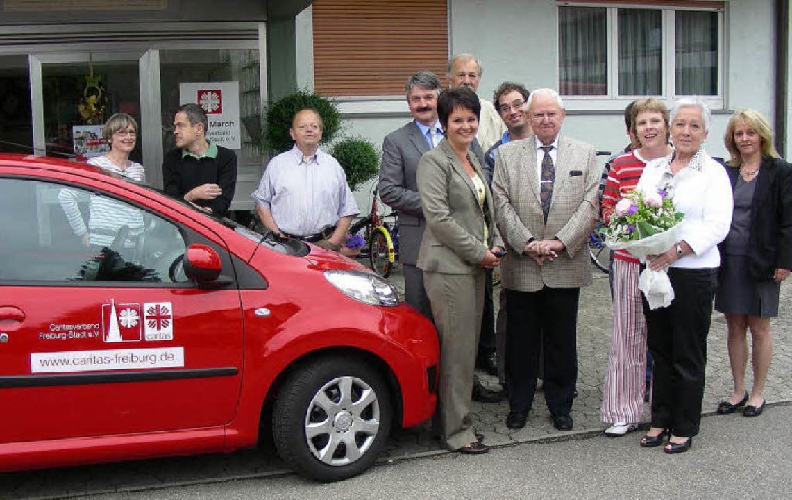 Bewohner und Caritas-Mitarbeiter freue...nn (links) und die Eheleute Kienzler.   | Foto: mario schöneberg