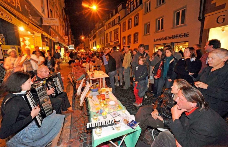 Beim Mittsommernachtstisch 2009 tummel... Tausende von Menschen auf der Straße.  | Foto: Michael Bamberger