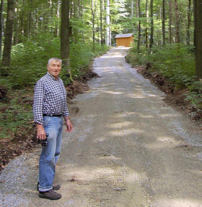 CDU-Ortschaftsrat Alois Ockl wundert s...euer breiter Weg in den Wald gehauen.   | Foto: Heinz Vollmar