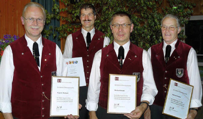 Vier Sänger vom Männergesangsverein wu...ahre und Bernhard Schuler (2) 40 Jahre  | Foto: Edeltraud Blume