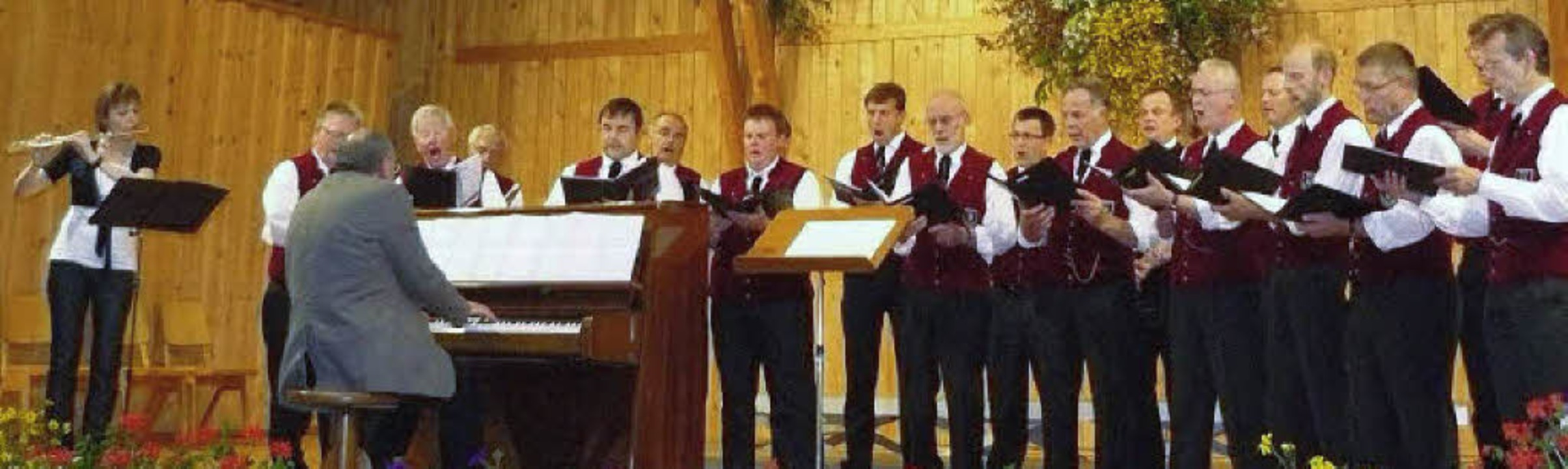 Der Männergesangverein St. Märgen mit ...in der Schwarzwaldhalle in St. Märgen.  | Foto: Edeltraud Blume