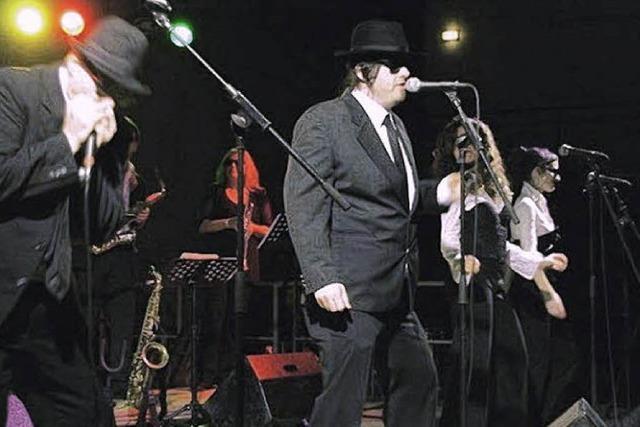 Blues-Brothers heizen im Freibad ein