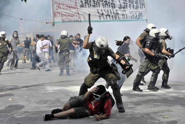 Kabinettsumbildung und schwere Krawalle in Athen