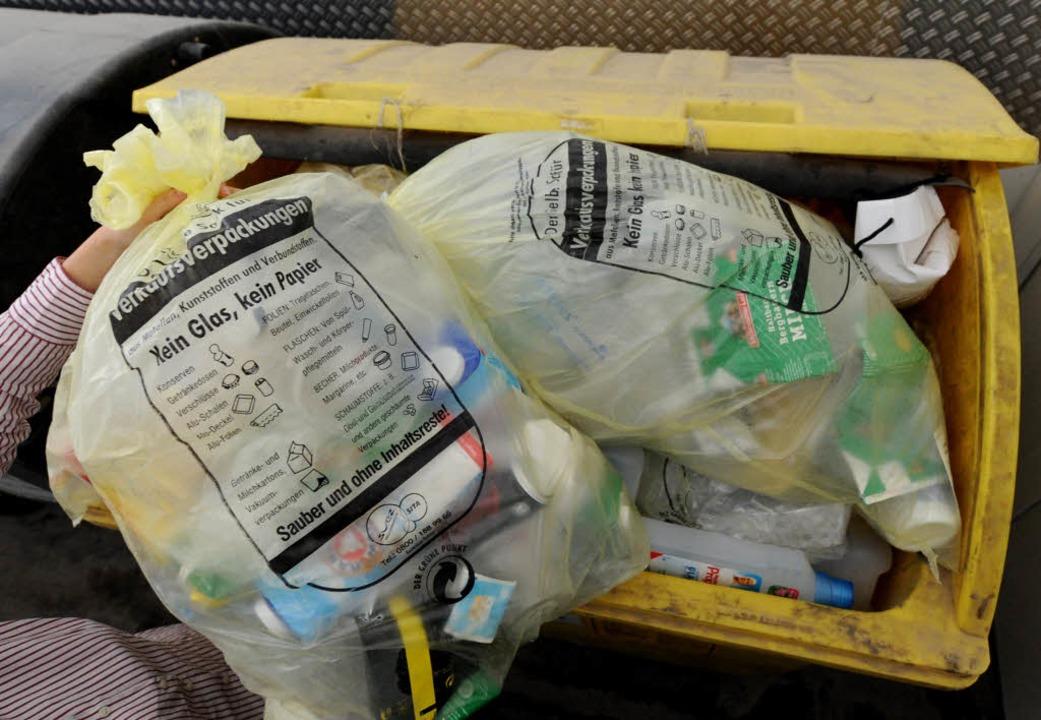 Ab in die Tonne – der Gelbe Sack hat bald ausgedient.  | Foto: dpa