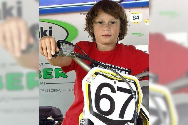 Motocrosser im Matsch