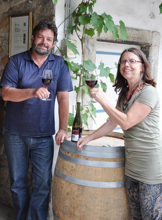 Reinhold und Helga Pix betreiben seit ...hringen, in dem sie Ökoweine ausbauen.  | Foto: kai kricheldorff