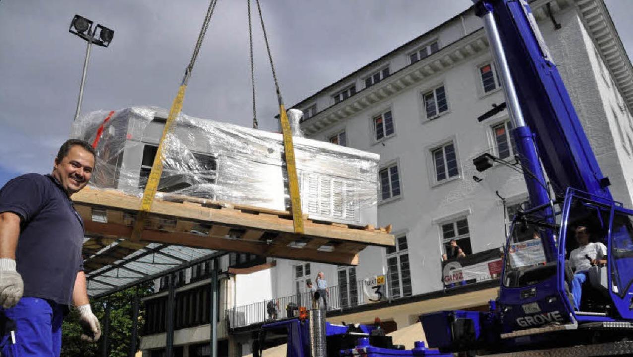Der 800 Kilogramm schwere Herd wurde gestern ins Dreikönigshaus gehievt.   | Foto: Barbara Ruda