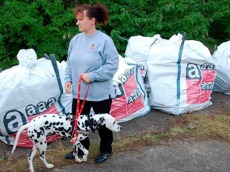 In den Säcken sind Asbestabfälle verpa...eint dies aber wenig zu interessieren.  | Foto: Jacqueline Andris