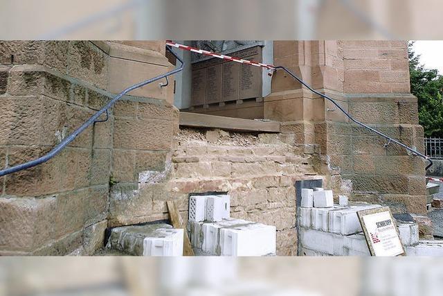 Bald führt eine sanierte Treppe ins Gotteshaus
