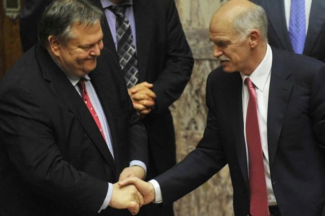 Papandreou bleibt im Amt