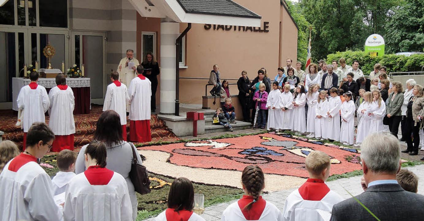 Die katholischen Christen zogen gester...e am Altar vor der Wehrer Stadthalle.   | Foto: H. Bader
