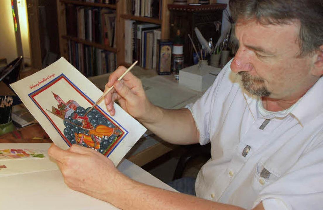 Norman Hothum mit einem Ritter-Bild im Stil der mittelalterlichen Buchmalerei.   | Foto: Michael haberer