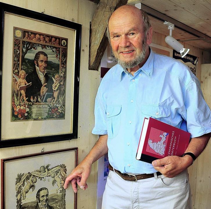 Klaus Poppen  in der Ausstellung der M...neben Bildern  von Johann Peter Hebel   | Foto: Thomas Kunz