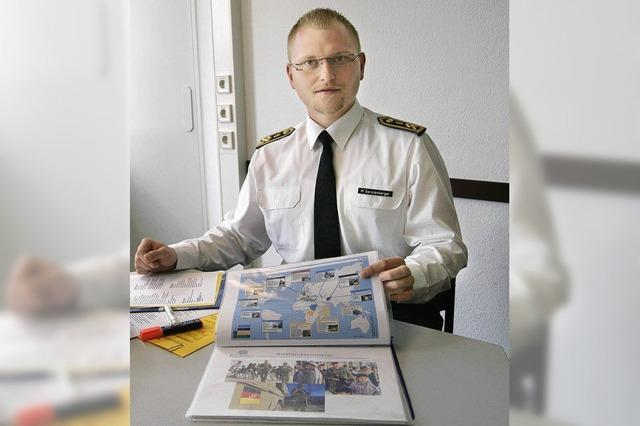 Ein Hauptbootsmann wirbt für den Dienst bei der Bundeswehr