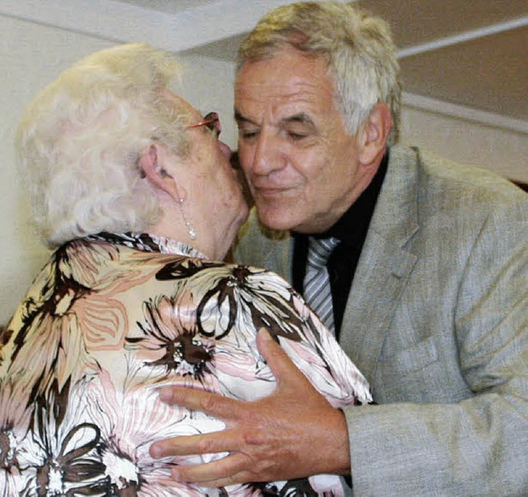 Küsschen für den Minister: Rainer Stic...eidende AWO-Vorsitzende Hilla Eichin.   | Foto: Cremer