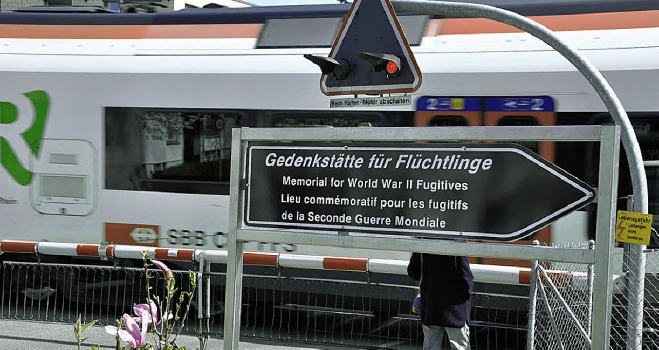 Die Gedenkstätte liegt direkt an der Bahnlinie.  | Foto: Daniel Gramespacher
