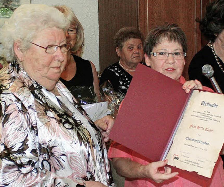 Ingeborg Glock (rechts) ernannte Hilla... zur Ehrenvorsitzenden der Weiler AWO.  | Foto: Reinhard Cremer