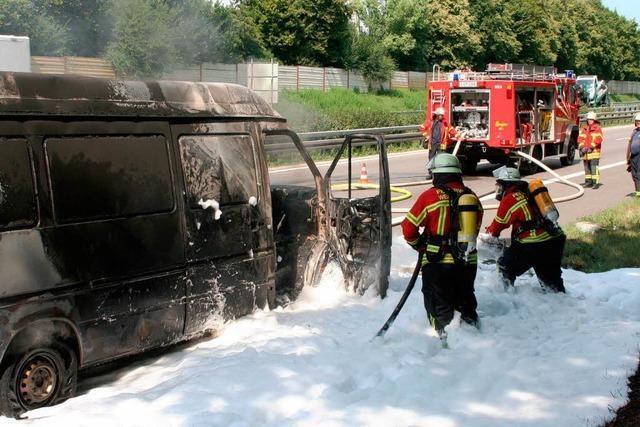 Lieferwagen brennt aus
