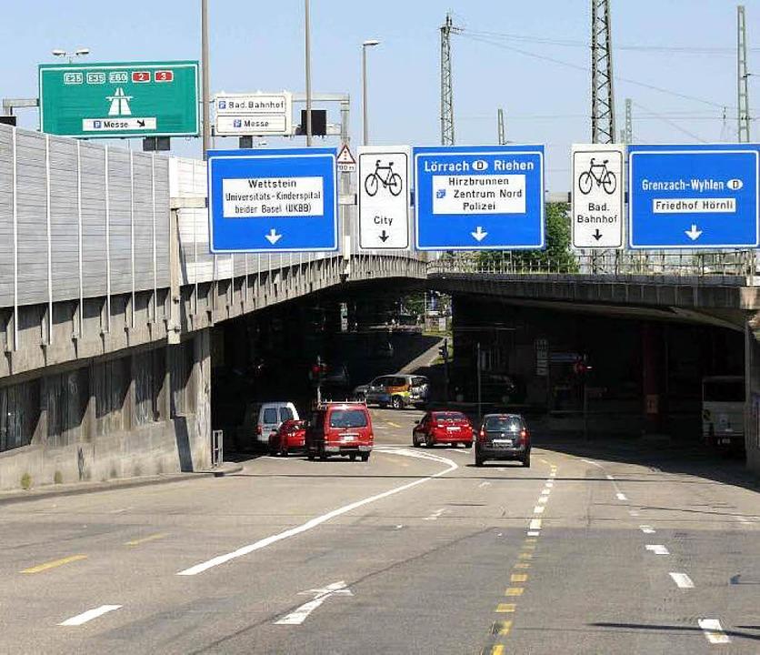 Ein Verkehrsknotenpunkt in Basel: die Schwarzwaldbrücke   | Foto: Juri Weiss