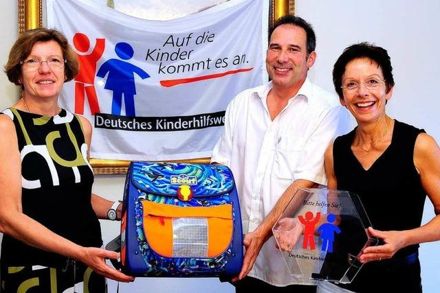 Deutsches Kinderhilfswerk und Stadt verteilen 150 Schulranzen