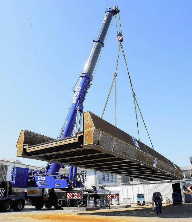 60 Tonnen am Haken: Die in Offenburg b...ller gefertigte Brücke wird verladen.   | Foto: Peter Heck