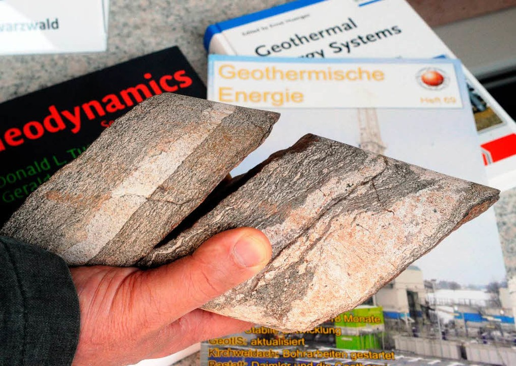 Bohrkern mit Kluft: Der Rheingraben mi...gewinnung. Doch es gibt auch Kritiker.  | Foto: dpa