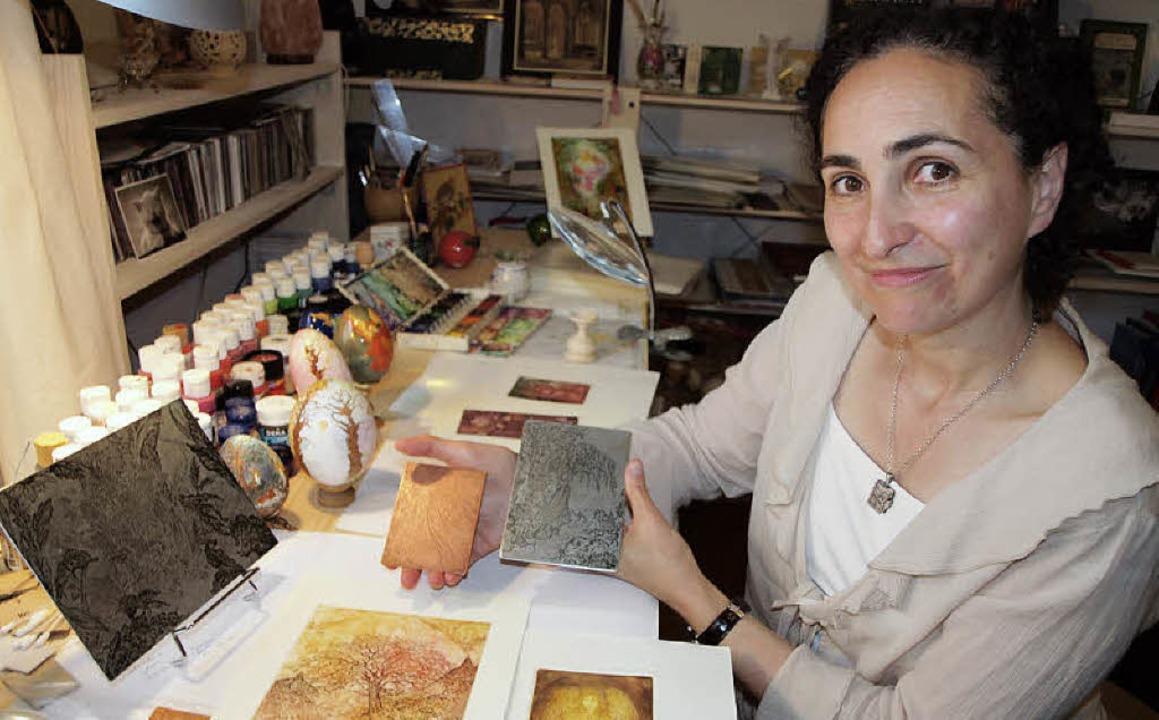 Michelle Hothum macht Radierungen und bemalt Ostereier.   | Foto: Haberer