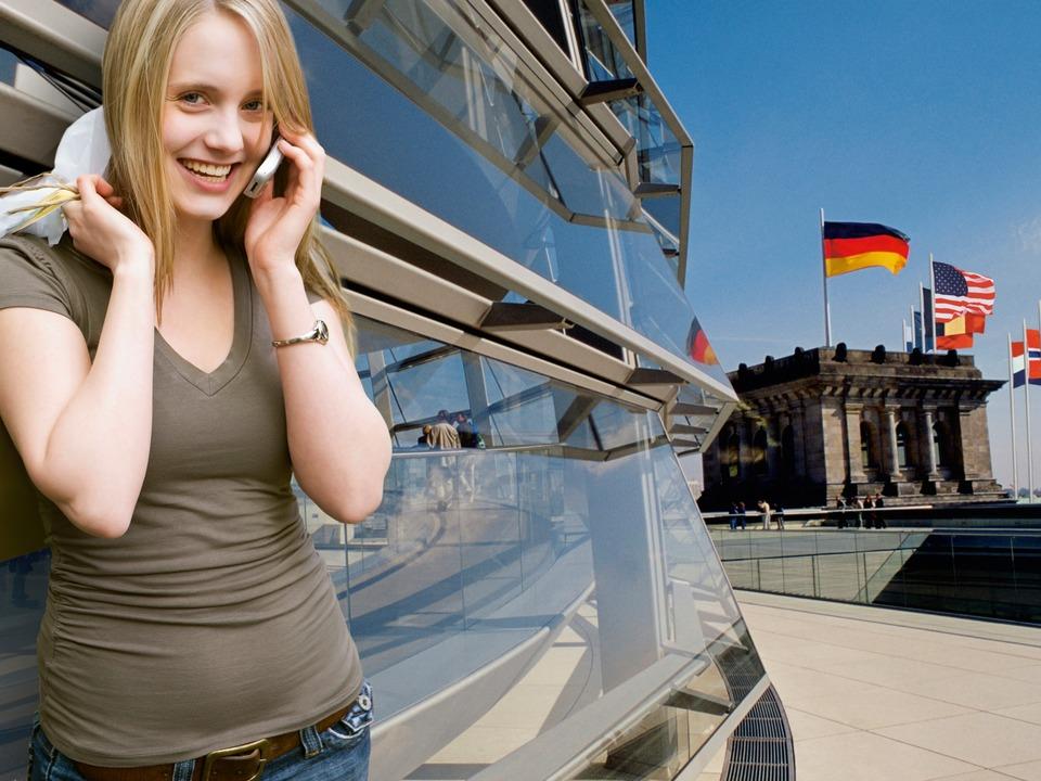 Handy-Gespräche im EU-Ausland werden ab morgen wieder etwas günstiger.