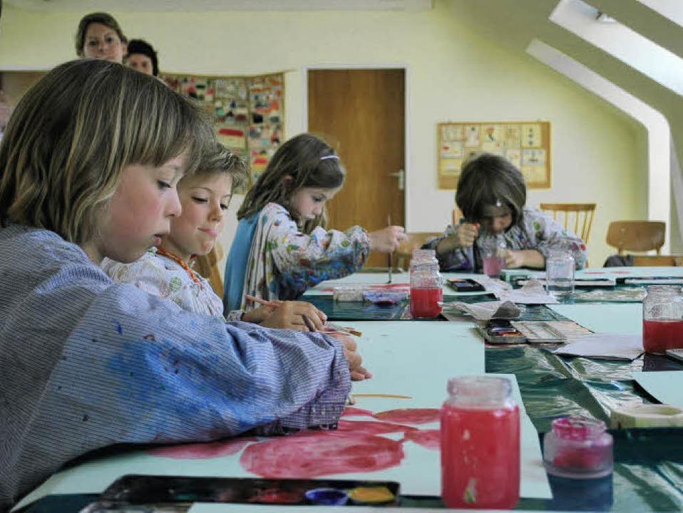 Volle Konzentration: Die Kinder der Seepferdchengruppe beim Malen.   | Foto: Axel Dröber