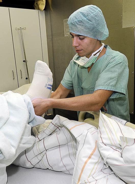 Freiburgs letzter Zivi in Aktion: Matt...einhold beim Umbetten eines Patienten.  | Foto: Ingo Schneider