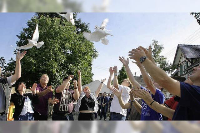 Weiße Tauben zum Auftakt