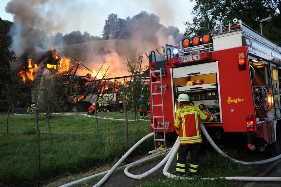 Das Ökonomiegebäude des Scherpeterhofs in Eschbach ist abgebrannt. 150 Feuerwehrleute waren im Einsatz. (Foto: Patrick Seeger)