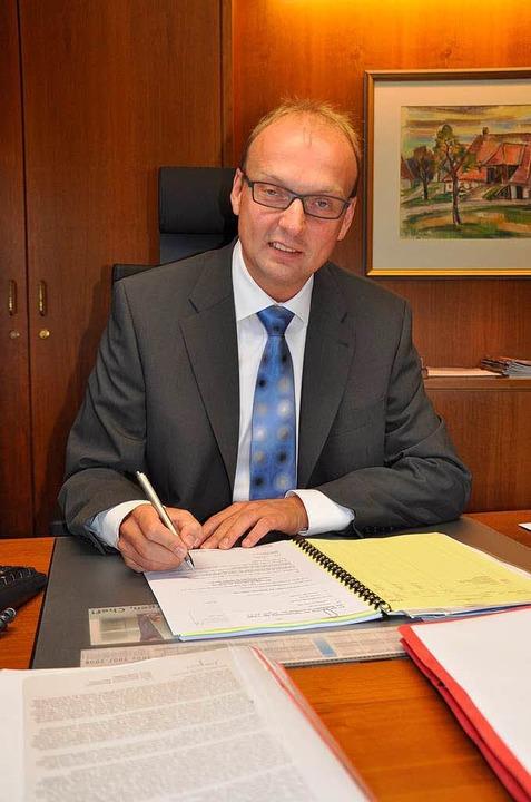 Norbert Moosmann am 1. Juli, seinem er...chen Molotowcocktail ins Dienstzimmer.  | Foto: Elisabeth Willers