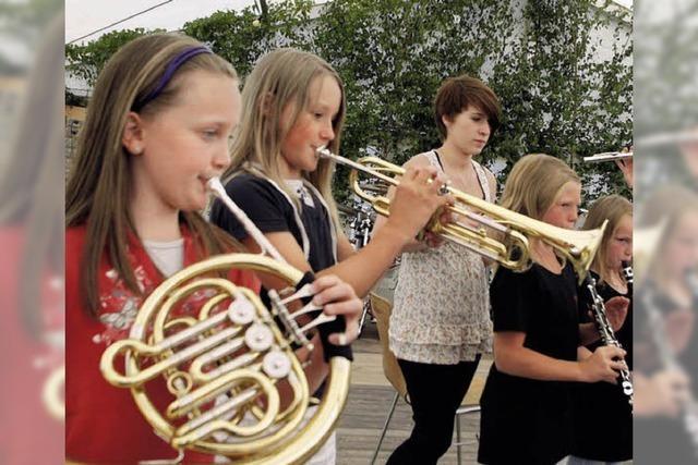 Blasmusik und Tänze beim Dorffest
