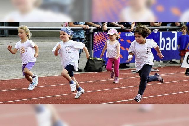 Kinder laufen aus purem Spaß um die Wette