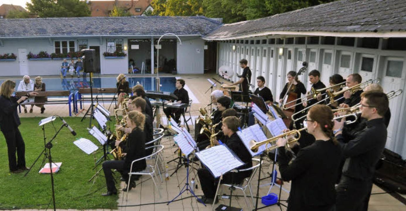 Die Big Band der Albert-Ludwigs-Universität spielte zum Auftakt im Lorettobad.     Foto: Michael Bamberger
