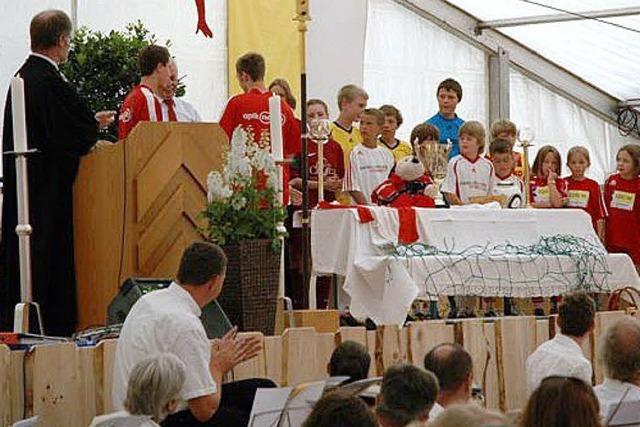 Vereinsfamilie feiert mit vielen Gästen