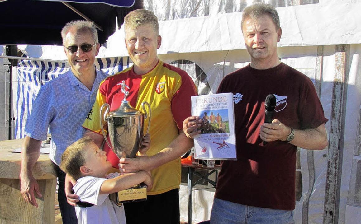 Den Pokal des Gustl-Birkenmeier-Verein...haft des Freizeitsportvereins Sölden.   | Foto: Scherer