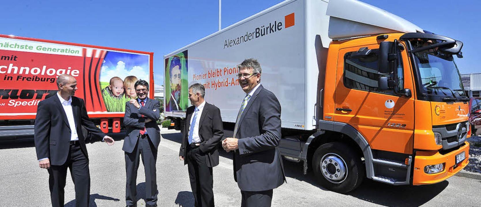 Frank Schoberer, Dieter Salomon, Olive...bastian Speck vor den beiden Lastern.   | Foto: Bamberger