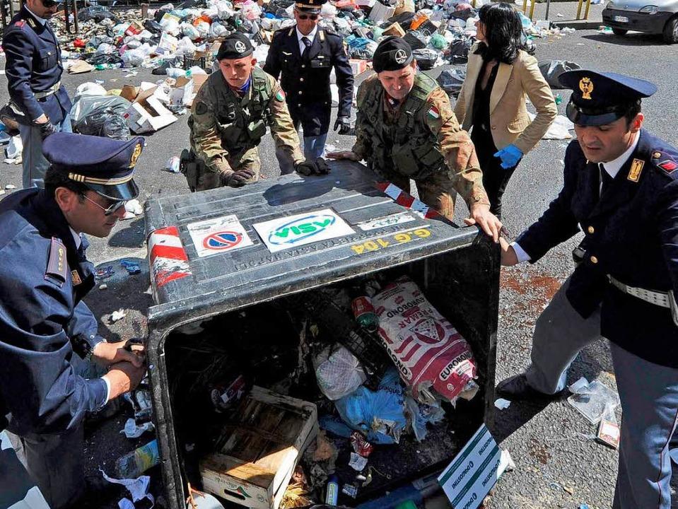 Im Mai mussten in Neapel Polizei und M... Müllberge in den Straßen abzutragen.   | Foto: dpa