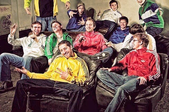 Lingua Loca auf dem ZMF: Elf Mann auf einer kleinen Bühne