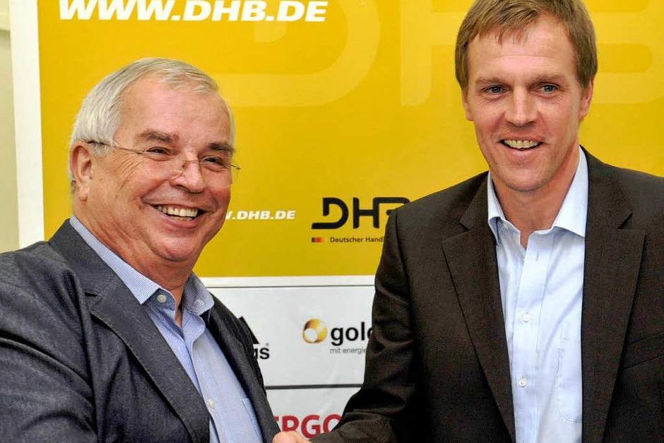 5. Juli 2011: Martin Heuberger wird vom DHB-Präsidenten Ulrich Strombach gratuliert. (Foto: dapd)