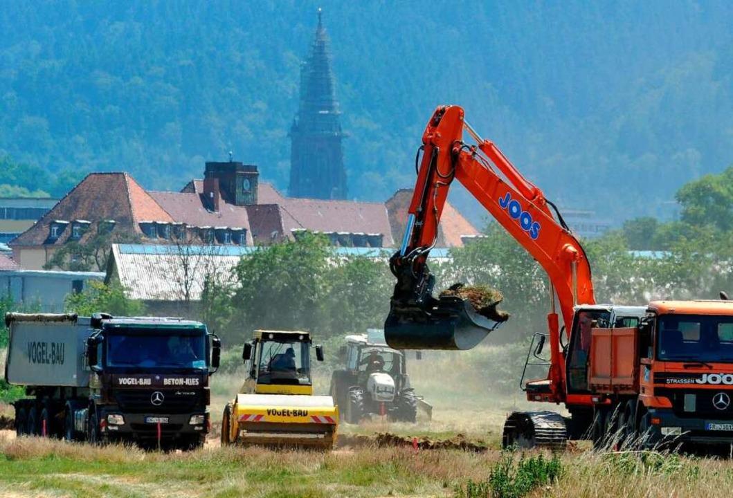 Auf dem Gelände am Freiburger Flugplat...hlussgottesdienst des Papsts begonnen.  | Foto: dpa