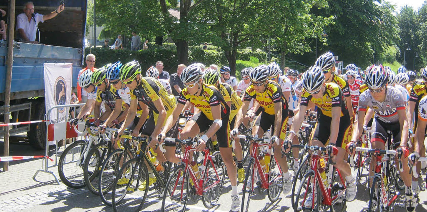 Startschuss: Ebringens Bürgermeister R...das Signal für das Rennen der Männer.   | Foto: Anne Freyer