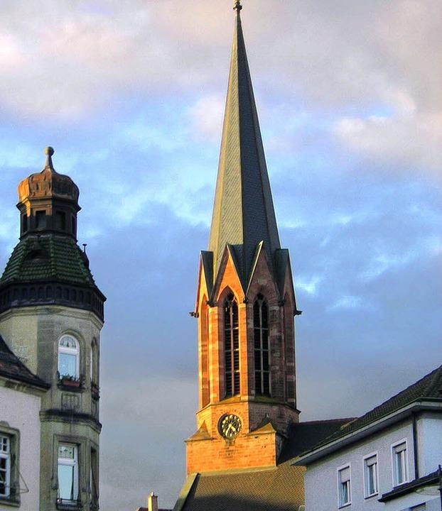 Lebensraum für seltene Vögel: Der Turm der Stadtkirche.   | Foto: Walser