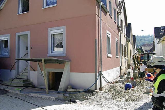 Bagger reißt Gasleitung auf: Feuerwehr lüftet