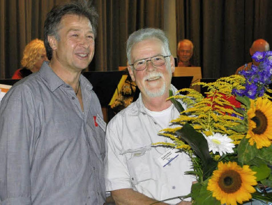 Seit 20 Jahren steht Engelbert Mayer (...ellvertreter Andreas Galli mit Blumen.  | Foto: benjamin bohn