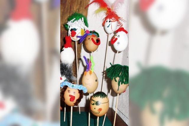 Kinder basteln 25 Eierköpfe in bunten Farben