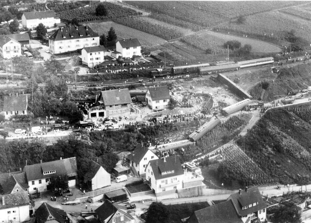 23 Tote, 120 Verletzte – das Zug...e Geschichte Rheinweilers eingebrannt.  | Foto: Flugbild Frankfurt / H. Gremmelspacher / BZ Archiv